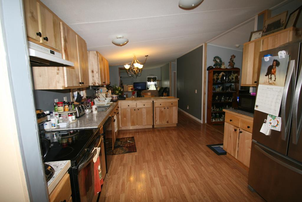 Large Kitchen w Laminate Floor